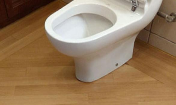 Ξύλινο δάπεδο δρυς μασίφ σε μπάνιο στη Βουλιαγμένη